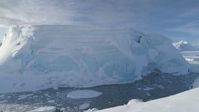 Sikt för surr för Antarktis isberg i tabellform flyg- stock video
