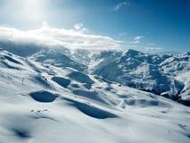 Sikt för surr för vintersemesterortdal i franska fjällängar Arkivfoto
