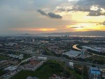 Sikt för surrflygfotograferingsolnedgång från ovannämnd permatangpauh och seberangjaya Royaltyfria Foton