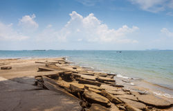 Sikt för Susan Hoi (fossil- Shell Beach Cemetery) strandhav i Krabi T Arkivfoton