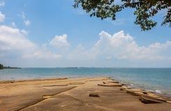 Sikt för Susan Hoi (fossil- Shell Beach Cemetery) strandhav i Krabi T Arkivbilder