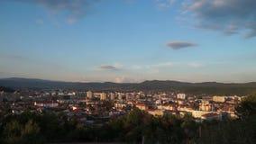 Sikt för Tid schackningsperiod över Ramnicu Valcea, en stad i Rumänien stock video