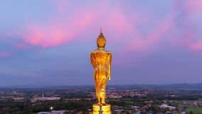 Sikt för Tid schackningsperiod av den välsigna buddha statyn med färgglad himmel stock video