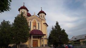 Sikt för Tid schackningsperiod av en kyrka i Targu Jiu lager videofilmer
