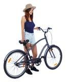 Sikt för tillbaka sida av en kvinna med en cykel arkivbild