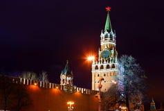 sikt för torn för kremlin moscow nattrussia spasskaya moscow russia Arkivfoto