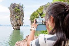 Sikt för turist- skytte för kvinnor naturlig vid mobiltelefonen Fotografering för Bildbyråer