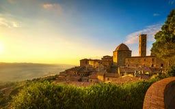Sikt för Tuscany, Volterra stadhorisont, kyrka- och panoramapå solar royaltyfri foto