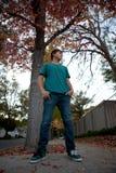 Sikt för utomhus låg vinkel för tonåring Arkivfoto