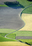 sikt för väg för krökt fält för antenn trevlig Royaltyfria Bilder