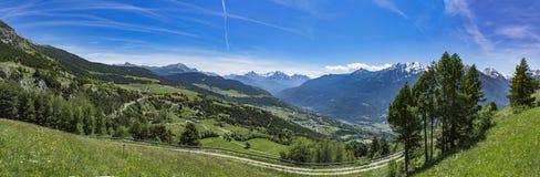Sikt för Valle D `-Aosta panorama- fjällängar Royaltyfria Foton