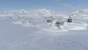 Sikt för vernadsky station för Antarktis kust flyg- stock video