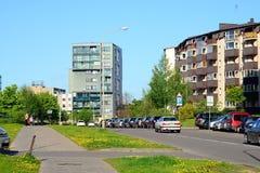 Sikt för Vilnius stadsPasilaiciai område på vårtid Arkivbild