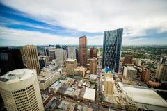 Sikt för vinkel för i stadens centrum Calgary horisont bred med torn royaltyfria foton