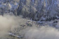 Sikt för vinterlandskapstad under molnet, Arkivbild
