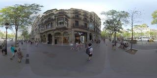 Sikt för 360 VR av den Barcelona gatan med folk, transport och cykelgränden