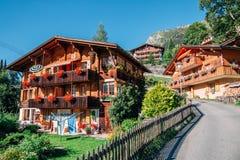 Sikt för Wengen by- och fjällängnatur i schweizare arkivbilder