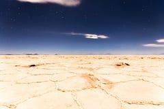 Sikt för yttersida för Salar De Uyuni nattplatå, Bolivia landskap Royaltyfria Bilder