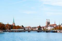 Sikt för Zurich gammal stadstad från sjön Zurich arkivfoto