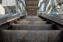 Sikt f?r l?g vinkel som ser till ?verkanten av den moderna rulltrappan arkivbild
