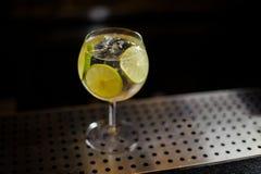 Sikt från över på den Gin Tonic coctailen som dekoreras med limefrukt sl royaltyfri foto