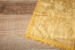 Sikt från över på trätabellen med linnekökshandduk- eller textilservetten Kopiera utrymme för text royaltyfria foton