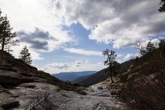 Sikt från överkant av den Chilnualna nedgångslingan Yosemite royaltyfria foton