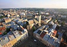 Sikt från överkant av rathausen i Lviv royaltyfria bilder