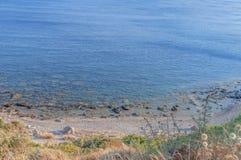 Sikt från överkant på det blåa havet på den grekiska ön på den härliga sommardagen Royaltyfri Foto