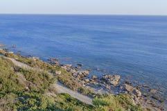 Sikt från överkant på det blåa havet på den grekiska ön på sommardagen Arkivfoton