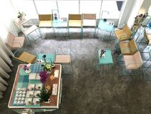 Sikt från överkant till möte av stället med färgrika moderna stolar Arkivbild