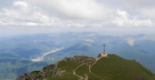Sikt från överkanten av berget på en molnig dag Royaltyfri Bild