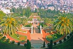 Sikt från övreterrassen Carmel Mountain till templet och Haifa City för Bahai trädgårdBaha ` I i Israel arkivfoto