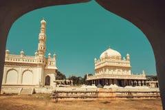 Sikt från båge på den högväxta minaret och historiska Tipu Sultan Gumbaz i Srirangapatna, Indien 18th århundrademuselmanmausoleum Fotografering för Bildbyråer