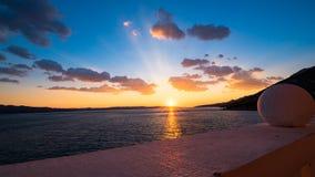 Sikt från balkong på solnedgången över havet Arkivbilder