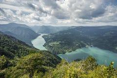 Sikt från Banjska Stena på den Drina floden, Perucac sjö, berg, fotografering för bildbyråer
