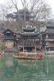 Sikt från banken av den Tuojiang floden royaltyfri bild