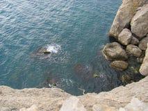 Sikt från bergöverkant ner till havet Royaltyfri Fotografi