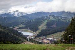 Sikt från berg i den Carpathian semesterorten Bukovel Arkivfoto