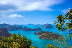 Sikt från berget på Angthong Marine National Arkivfoto