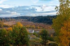 Sikt från berget till staden Tid av året är hösten arkivfoton