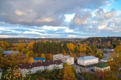 Sikt från berget till staden Tid av året är hösten Arkivfoto