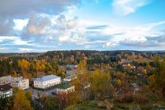 Sikt från berget till staden Tid av året är hösten arkivbilder