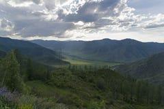 Sikt från bergpasserandet Altai berg, Ryssland arkivfoton