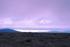 Sikt från bergplatån till den avlägsna sjön Royaltyfria Foton