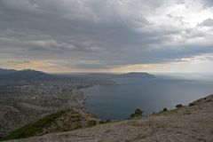 Sikt från bergssidan, dåligt väder Black Sea kust, brott royaltyfria bilder