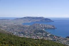 Sikt från bergssidan in mot havet crimea arkivbild