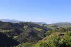 Sikt från bergstoppet ovanför basilika av St Ubaldo i Gubbio i Umbria Royaltyfria Bilder