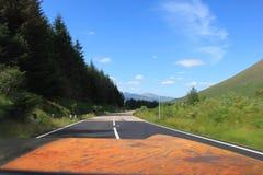 Sikt från bilen på skotskt Skotska högländernalandskap i sommar royaltyfria foton