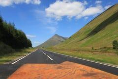 Sikt från bilen på skotskt Skotska högländernalandskap i sommar arkivbild